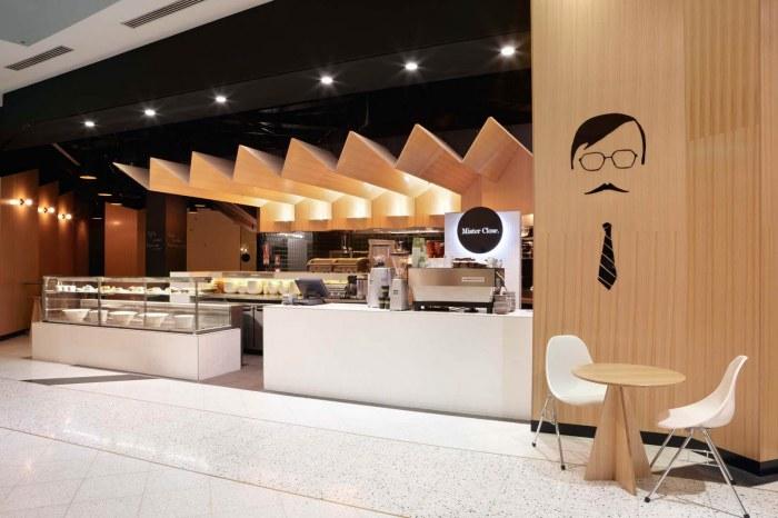 Подвесной потолок гармонично вписывается в дизайн этого современного ресторана.