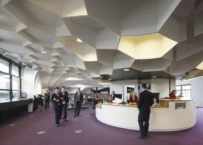 Подобный потолок идеален в помещении с современным дизайном.
