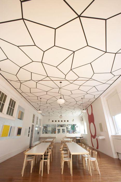 Узоры в виде различных геометрических фигур могут также сделать дизайн потолка неповторимым.
