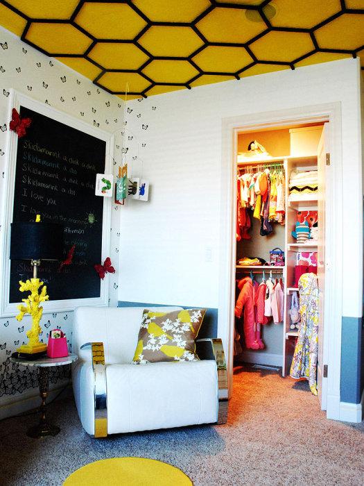 Яркий желтый цвет потолка добавит жизнерадостности в комнату.