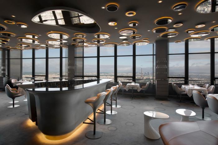 Зеркала на потолке добавят комнате глубины и визуально увеличат пространство.