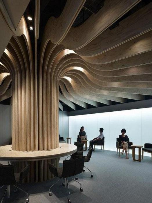 Колонна напоминает ствол дерева, а потолок - его ветки.