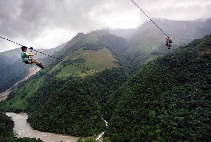 Стальной трос натянут на расстоянии 400 метров над уровнем моря.