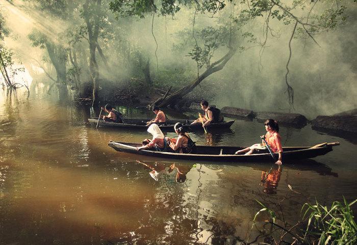 Дети города Риау в Индонезии плывут в школу на каное.