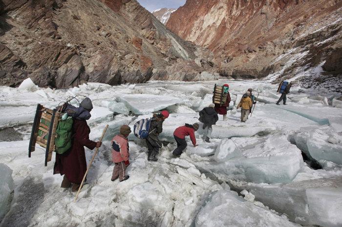Дети путешествуют через горы, чтобы получить знания.
