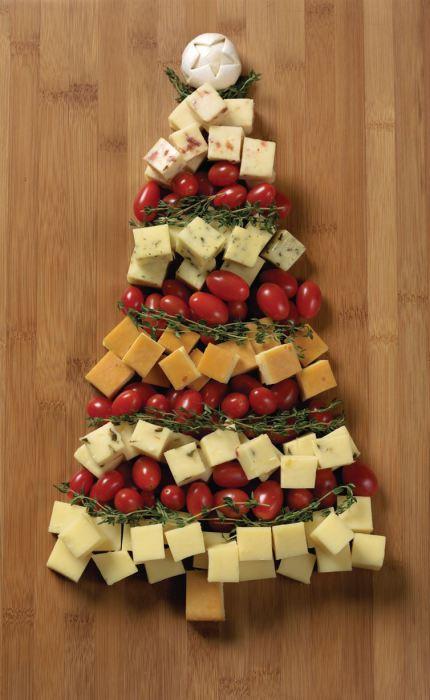 Закуски, сложенные в форме новогодней елки.