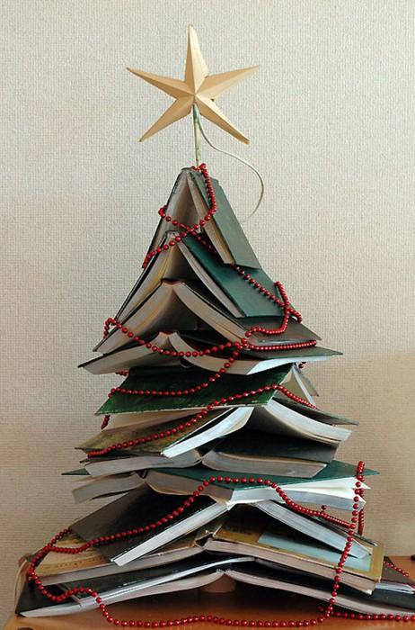 Оригинальная новогодняя елка из кучи книг.