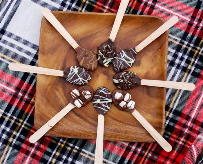 Шоколадные вкусняшки на деревянных ложках.