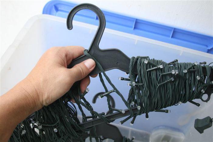 Отличный способ предотвратить спутывание шнуров от гирлянд.