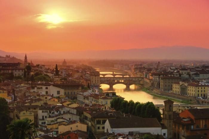 Яркий город в Италии.