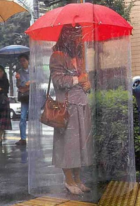 Зонт, защищающий от дождя с головы до пят.