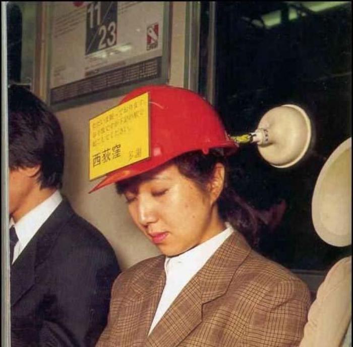 Надпись на каске: «Пожалуйста, разбудите меня на станции «...» Спасибо!».