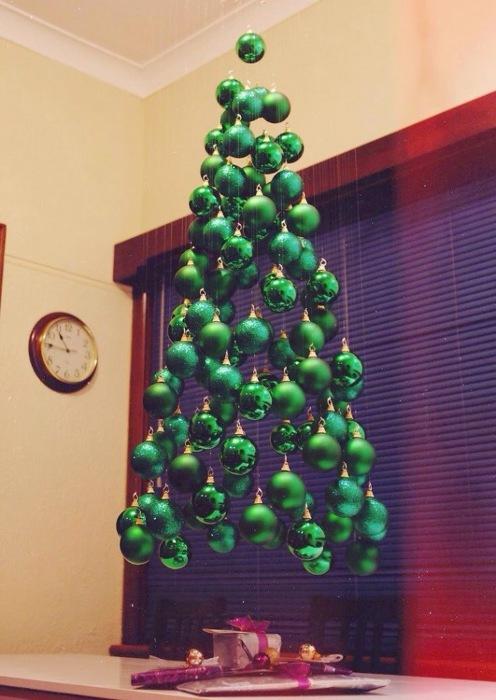 Красивая инсталляция в форме новогодней елки.
