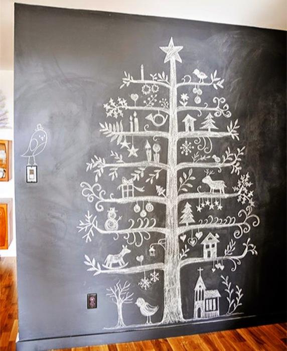 Нарисованная мелом елка.