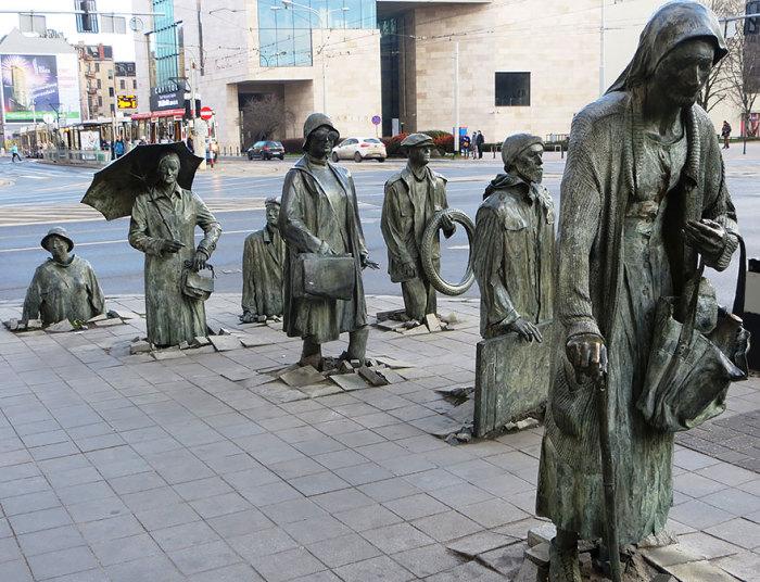 Памятник Безымянным прохожим во Вроцлаве, Польша.