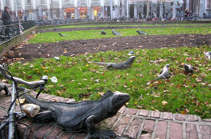 Большое количество скульптур в виде игуан.