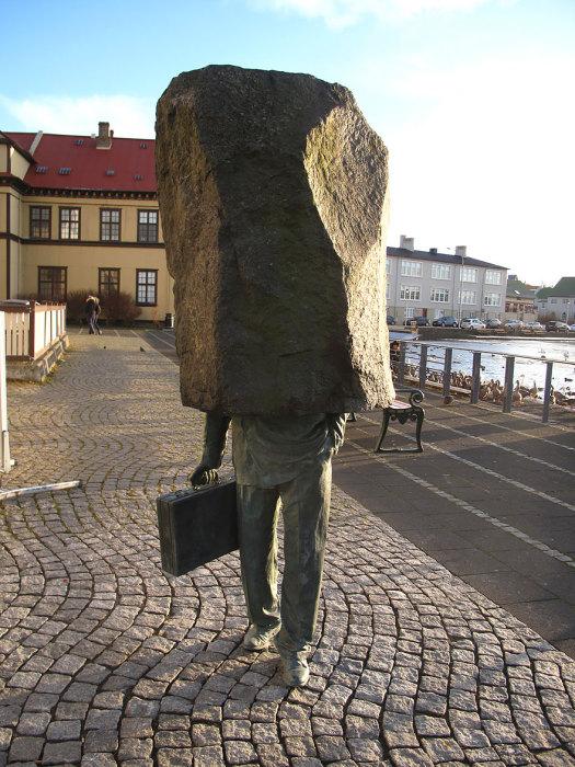 Скульптура безликому чиновнику в Исландии.
