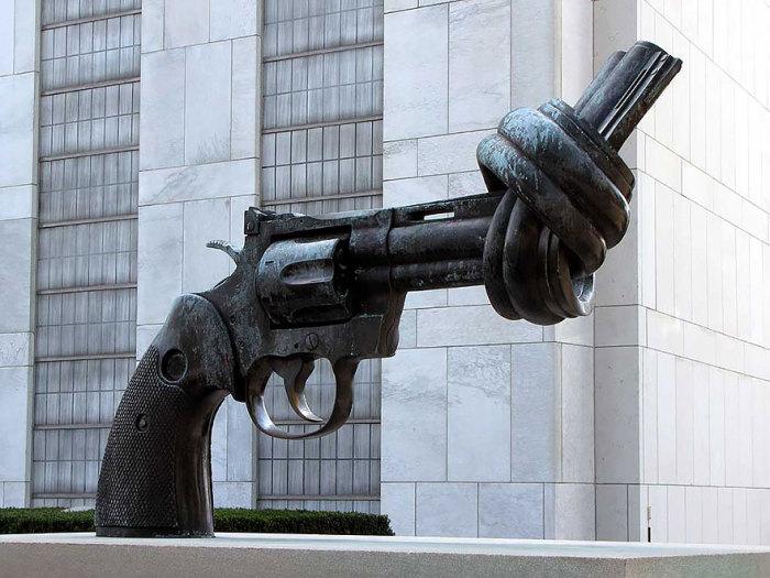 Мирный памятник в Нью-Йорке.