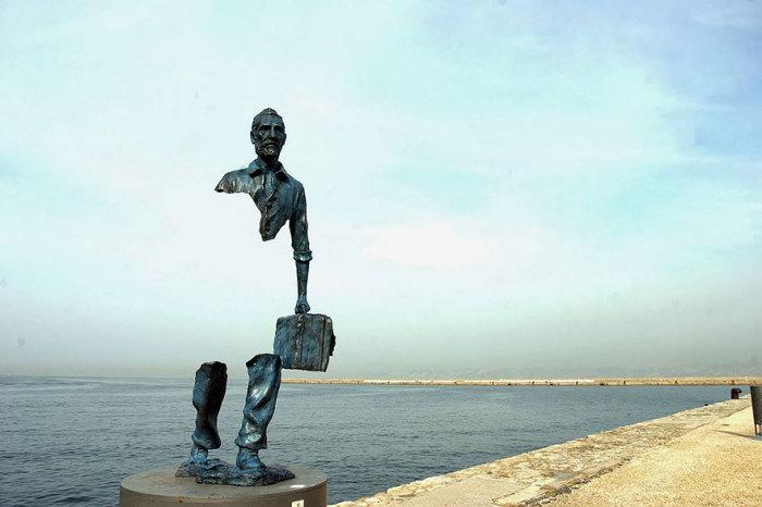Скульптура путешественника во Франции.