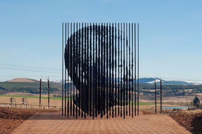 Памятник памяти Нельсона Манделы.