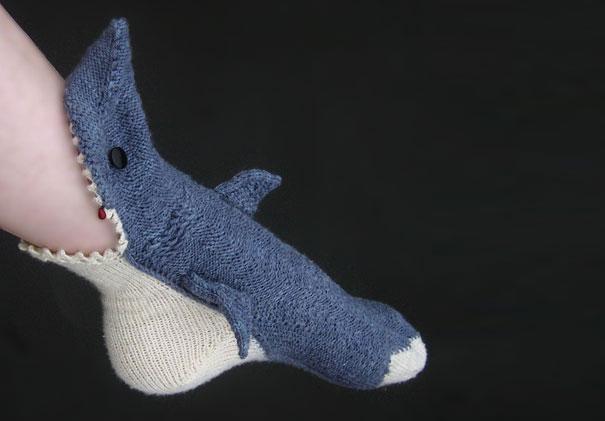 Вязанная акула, которая поедает ногу человека.