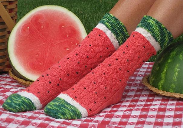 Совсем не летние носки, с таким же узором, как у летней ягоды.