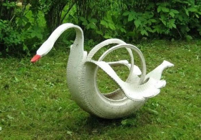 Лебедь из старых покрышек.