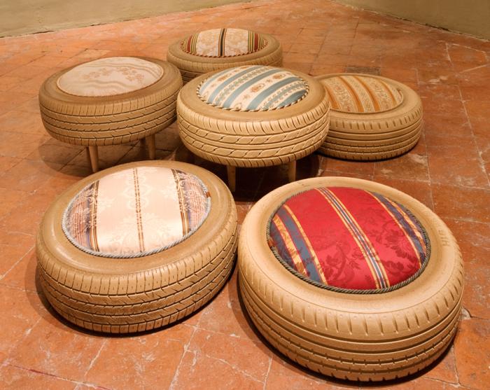 Мягкое сиденье из старой шины.