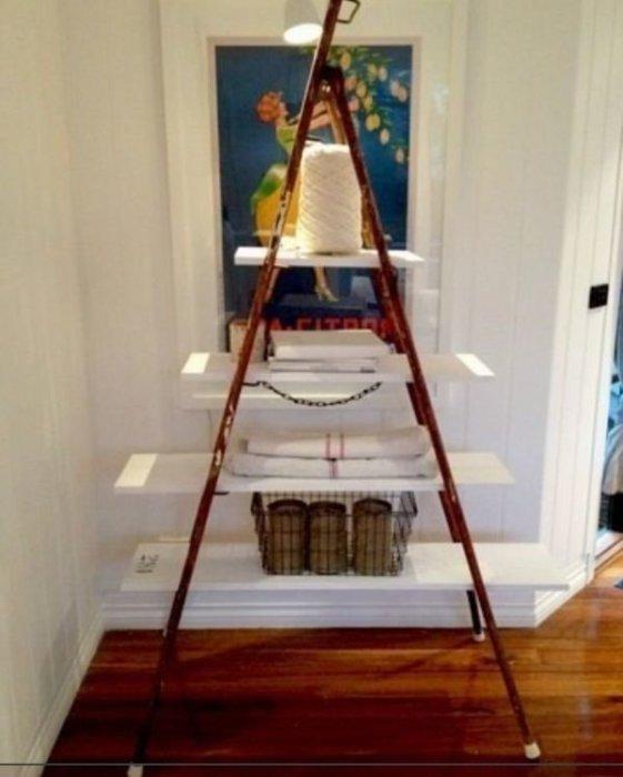 Потрясающий стеллаж из старой лестницы в ванной.