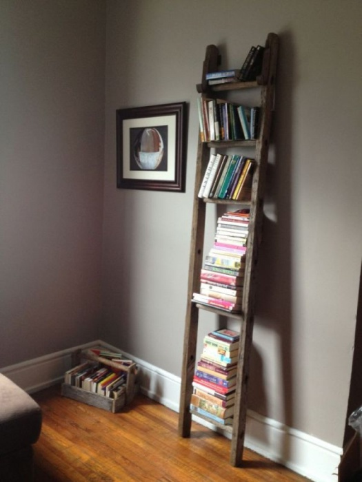 Небольшая и простая полочка для книг.