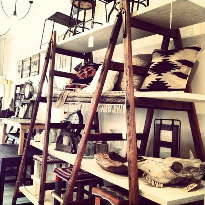 Стеллаж из старой лестницы замечательно дополнит дизайн интерьера в рустикальном стиле.