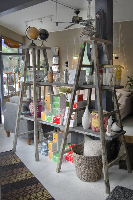 Лестница-стеллаж, которая прекрасно вписывается в индустриальный интерьер комнаты.
