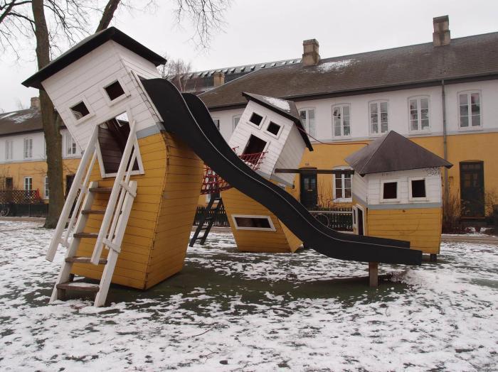 Архитектор, создававший эти домики, определенно был в восторге от художников-сюрреалистов.
