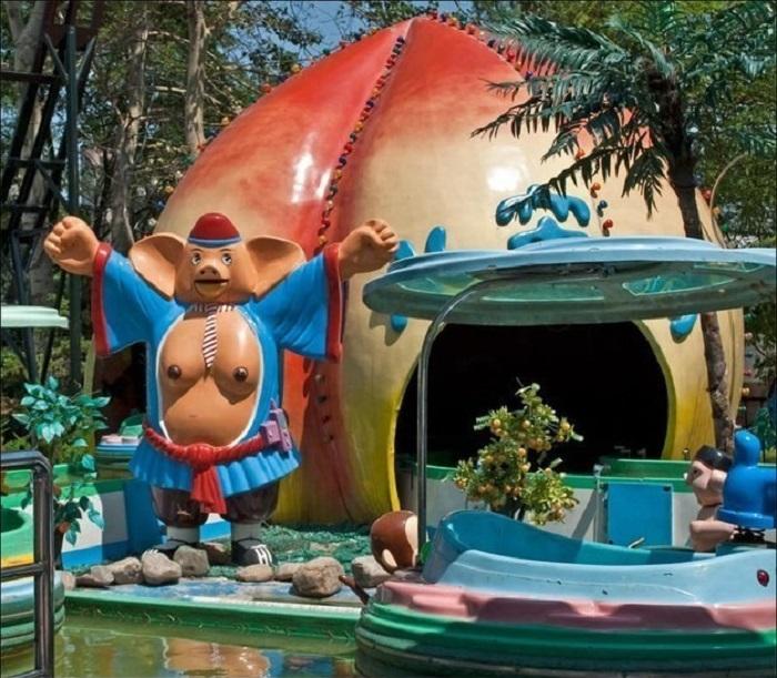 Психоделический хряк в халате принимает гостей в своем домике из тыквы.