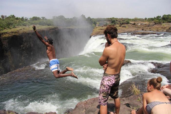 Несмотря на то, что «Дьявольский бассейн» находится на самом краю водопада, он является абсолютно безопасным в связи со строением его дна.
