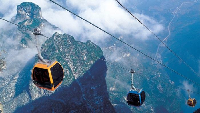 Прокатившись на самой длинной канатной дороге можно увидеть все красоты китайских гор провинции Хунань.
