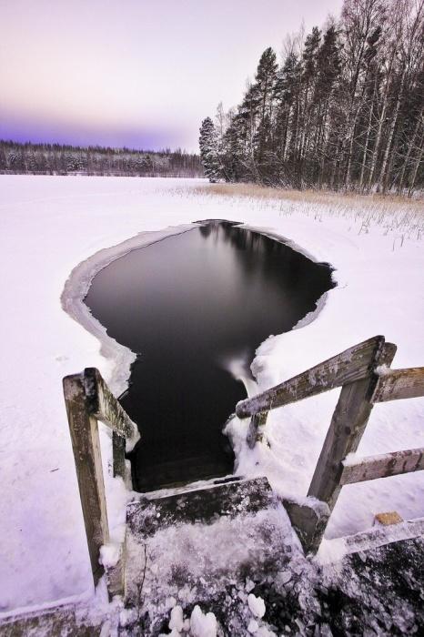 Не каждый смельчак искупается в ледяных водах холодной финляндской зимой.