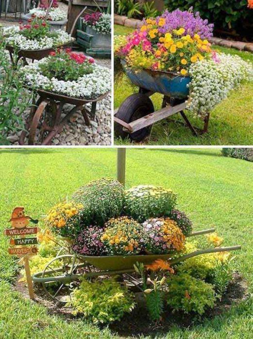 Садовая тележка в качестве необычного цветочного кашпо.