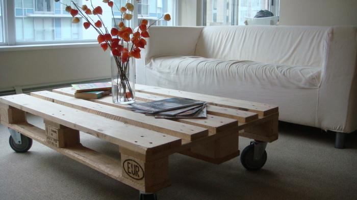 Маленький кофейный столик на колесиках.