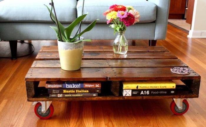 Лакированный столик.