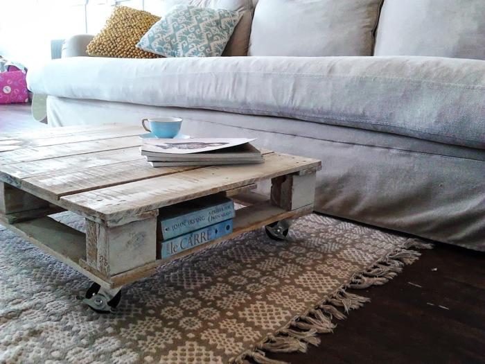 Кофейный столик с дополнительной полочкой для книг.