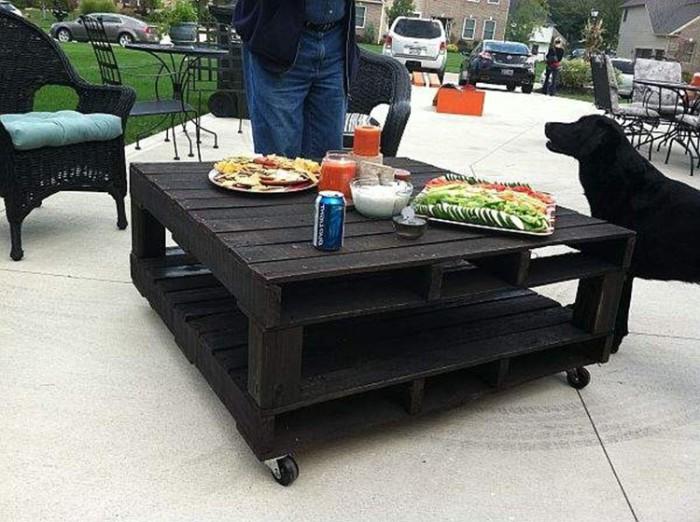 Высокий кофейный столик из двух европоддонов.