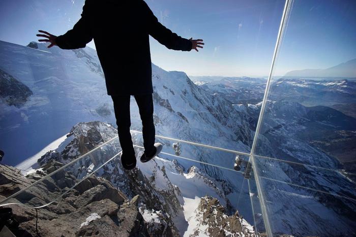 Стеклянная комната для осмотра на высоте почти 4000 метров над землей.