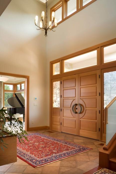 Окна возле входной двери.