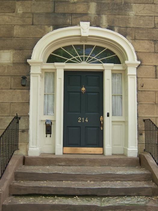 Дверь для настоящих аристократов.