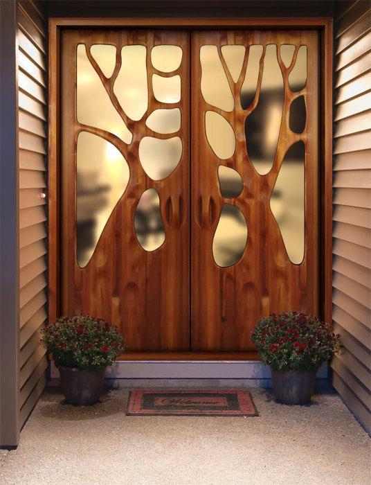 Вырезанные деревья на входной двери.