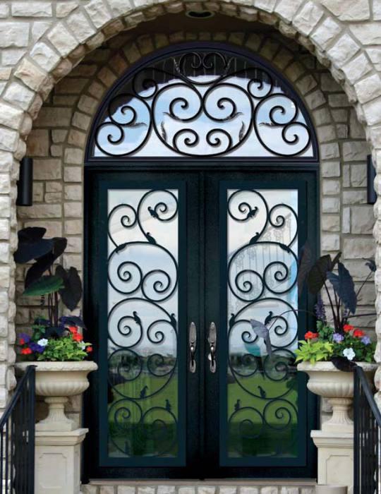 Кованная дверь с узором.