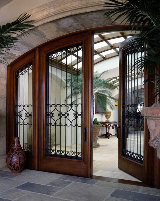 Дверь с металлической решеткой.