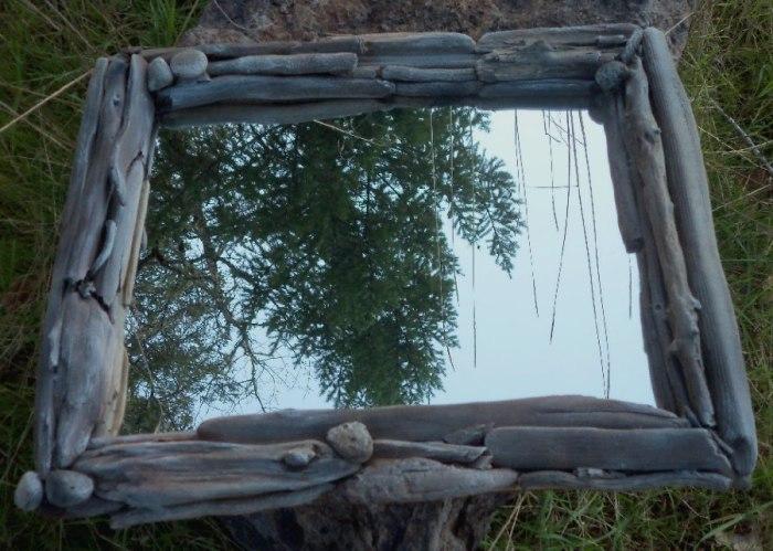 Восхитительное зеркало в раме, сделанной из коряги.