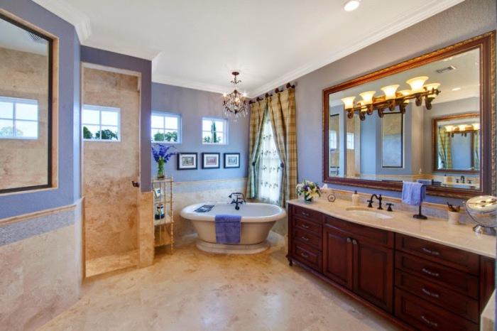 Очаровательная просторная ванная.